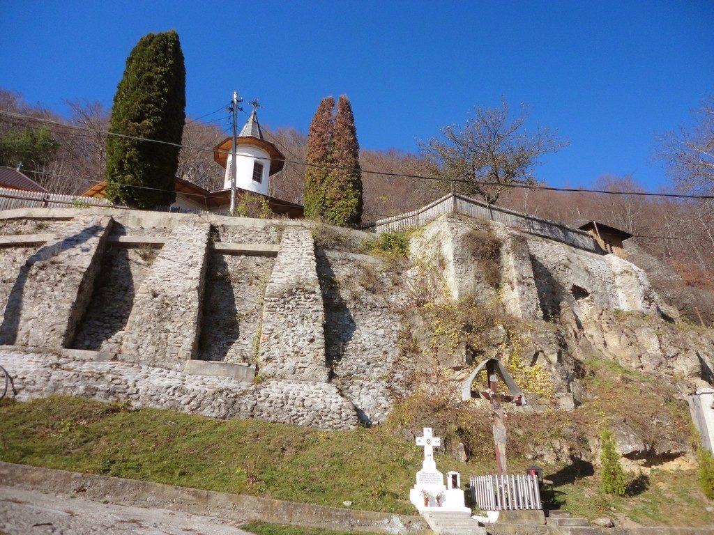 Cetateni, schiturile rupestre, biserica Namaiesti, obiective turistice Arges, Romania