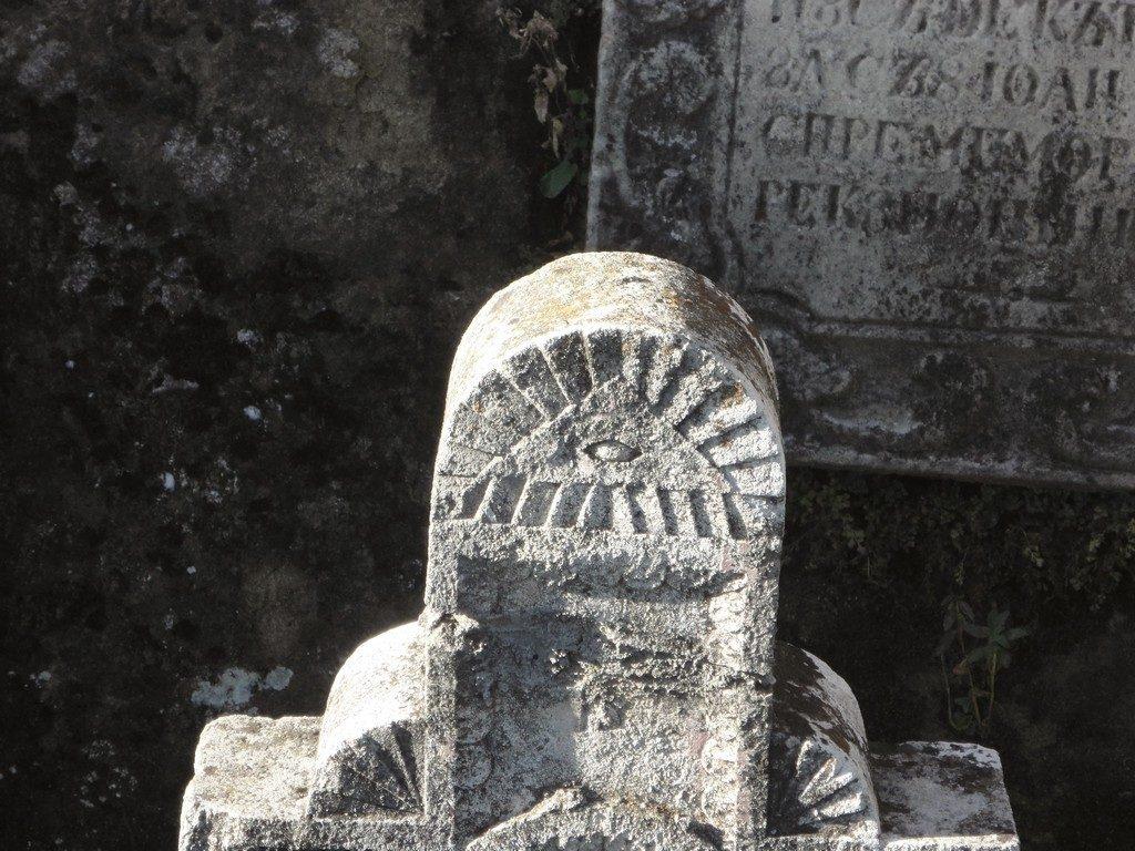 piatra de mormant cu ochiul lui Dumnezeu
