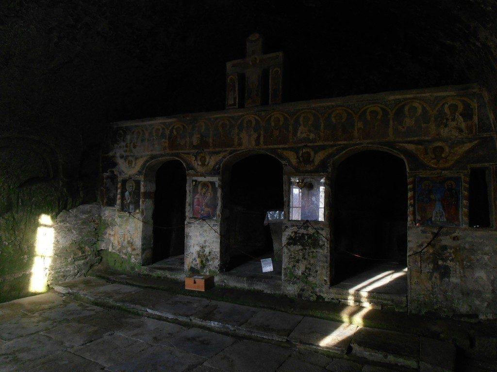 Corbii de Piatra, biserica rupestra