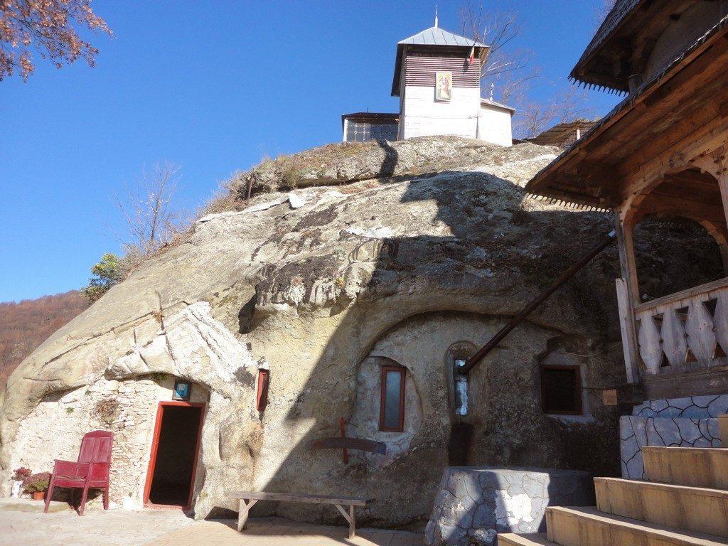 Cetateni, manastire rupestra, obiective turistice Dambovita, Romania