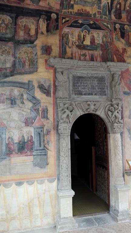 Manastirea Sinaia, pisania si ancadramentul usii