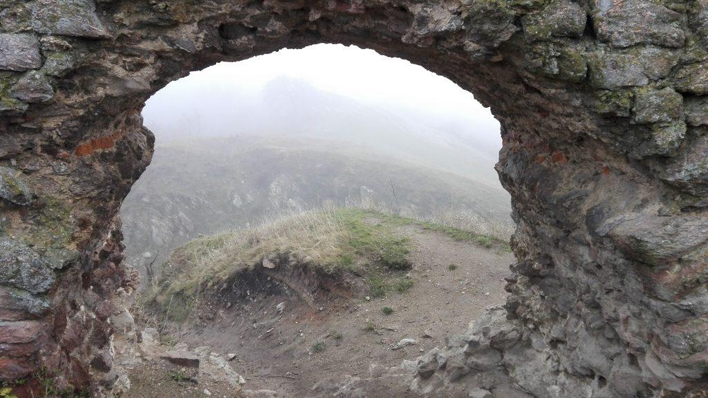 oBIECTIVE TURISTICE IN JURUL aRADULUI, Cetatea Siria
