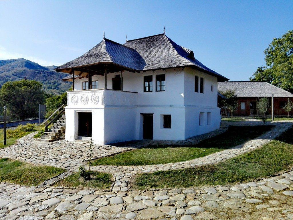 asa cu blazoane, Chiojdu, judetul Buzau, top obiective turistice Romania