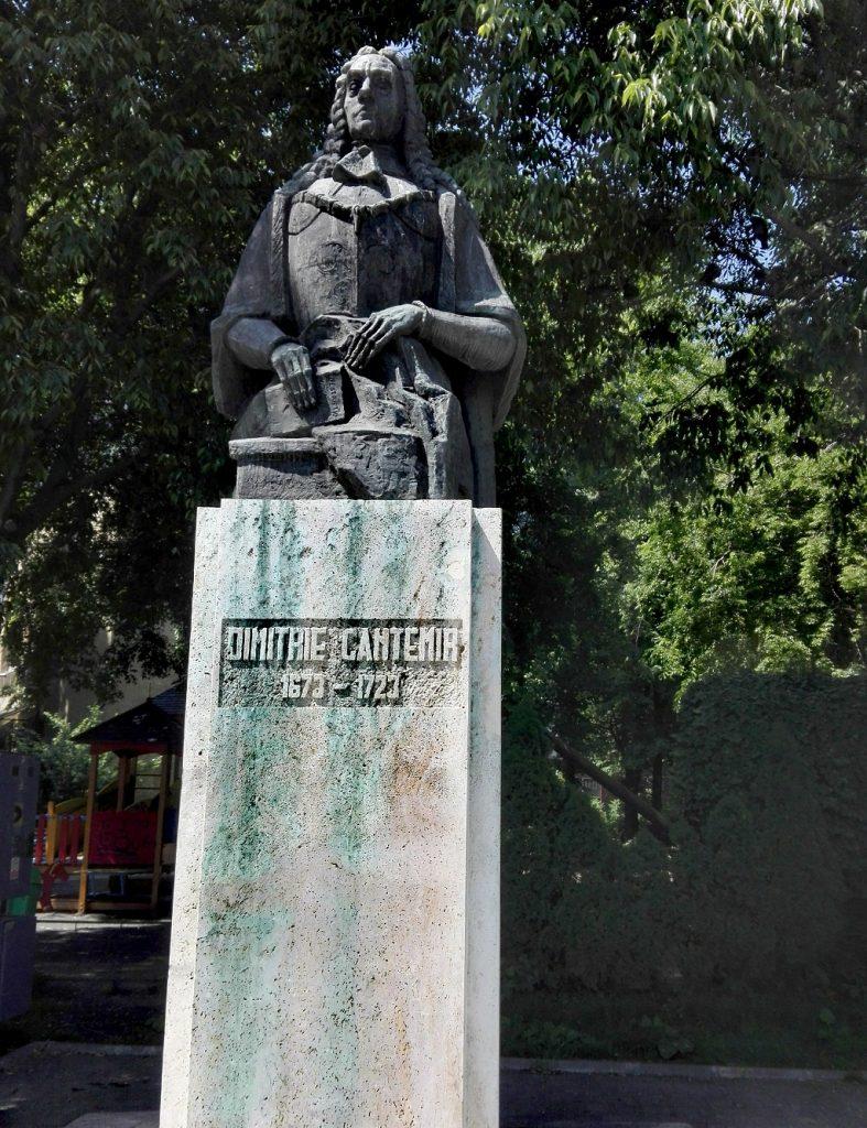 iserica Slobozia, obiective turistice si istorice Bucuresti, ctitor Radu Voda Leon si Herasca Nasturel, Romania5, statuia lui Dimitrie Cantemir