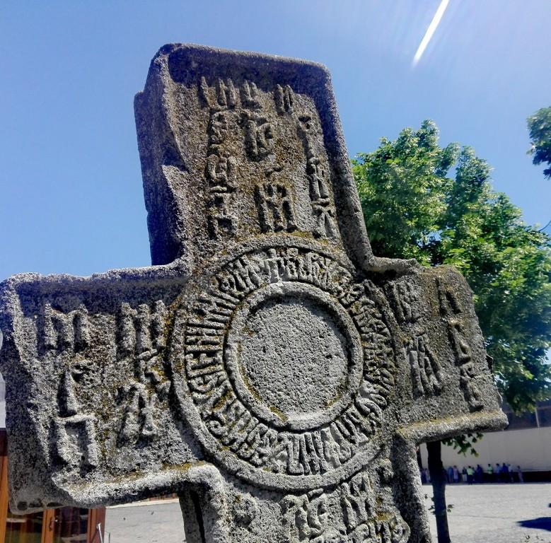 cruci megalitice sculptate in piatra, obiective turistice Bucuresti, Romania, Patriarhie, Palatul Patriarhiei, Cuza, Radu Serban (51)