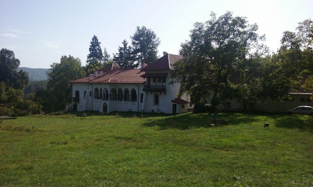 Conacul Balcestilor, Obiective turistice aproape de Ramnicu Valcea, Pitesti, Curtea de Arges