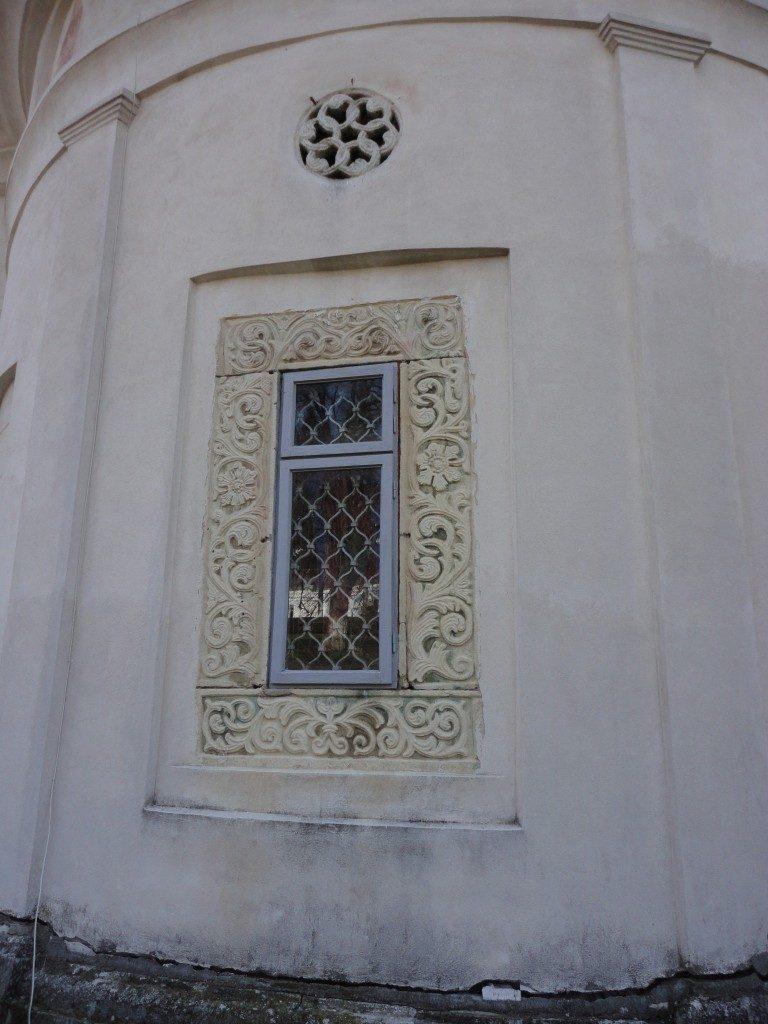 ancadrament fereastra sculptata in piatra