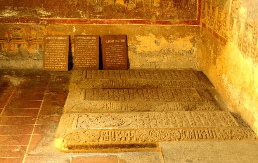 Mormantul Bratienilor di Biserica Domneasca din Curtea de Arges