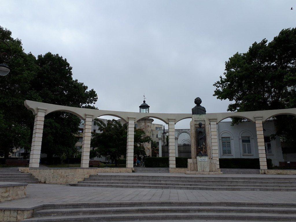 Statuia lui Eminescu si Farul Genovez, obiective turistice Constanta, Romania (1)