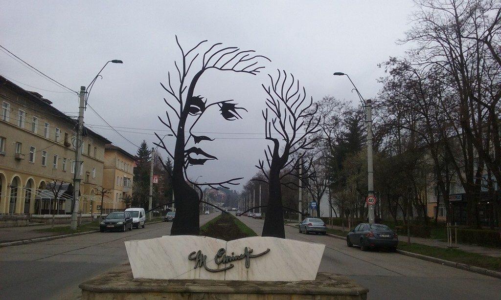 Statuia lui Mihai Eminescu, Onesti, obiective turistice Romania