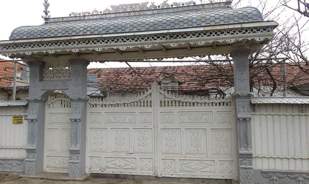 portile sculptate din Casin