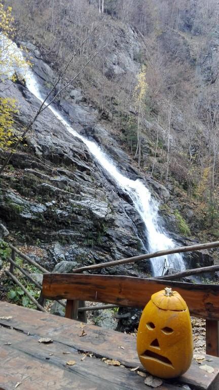 Cascada Lotrisor, Obiective turistice pe Valea Oltului
