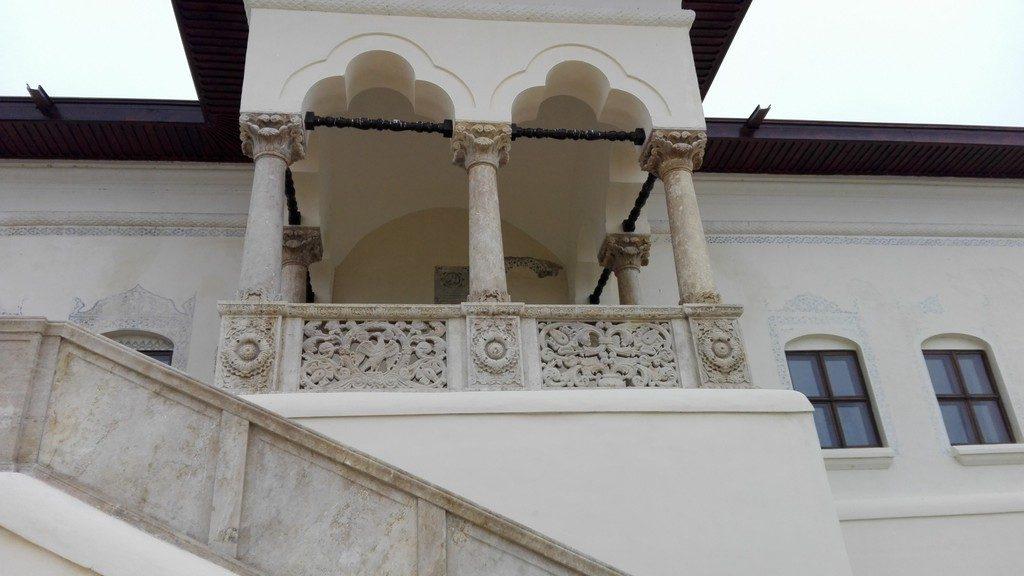 Pana sa intram in conac, ne-au atras privirea logia frumos sculptata si picturile de inspiratie orientala ce incadrau ferestrele.