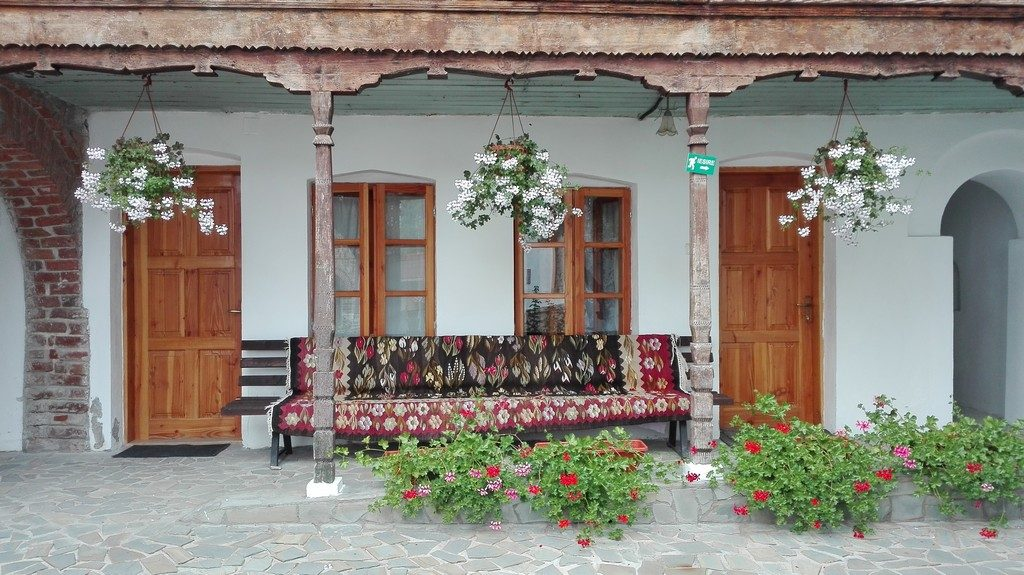 Manastirea Saracinesti, obiective turistice in jurul Ramnicu Valcea