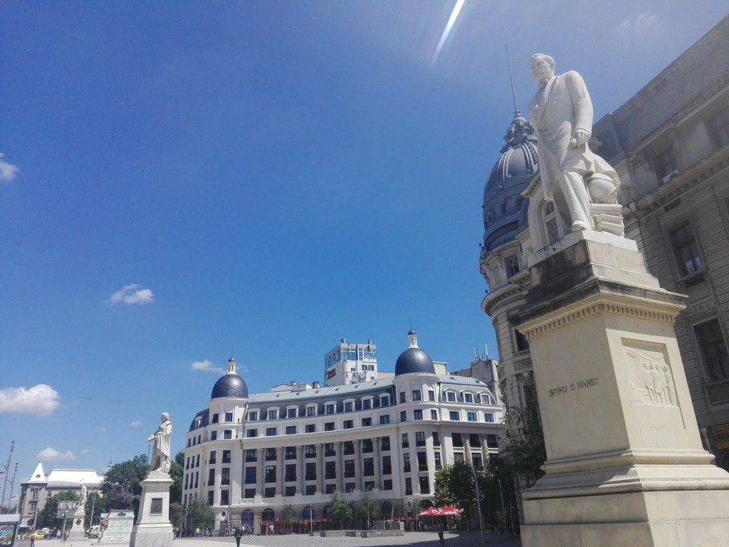 Gheorghe Lazar s-a nascut in Avrig, acolo unde este si inmormantat, iar memoria lui este pastrata si de numele unui renumit liceu din Bucuresti. O alta statuie a lui am admirat-o chiar in Piata Mare a orasului Sibiu.