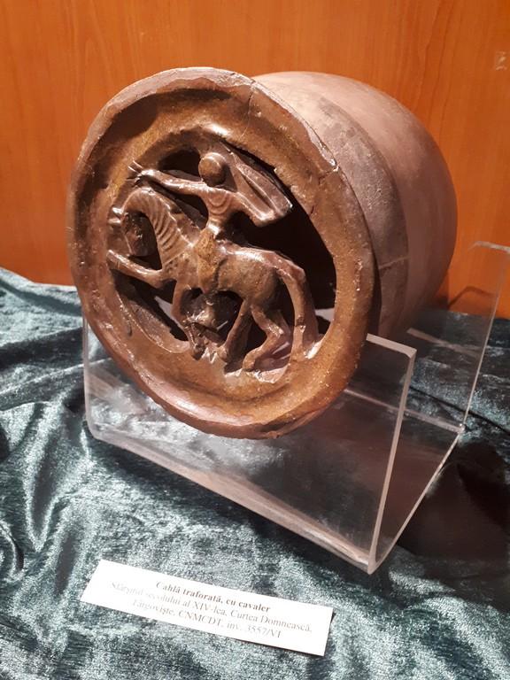 Cahla cu cavaler descoperita la Targoviste, Muzeul Judetean Pitesti, obiective turistice Arges, Romania
