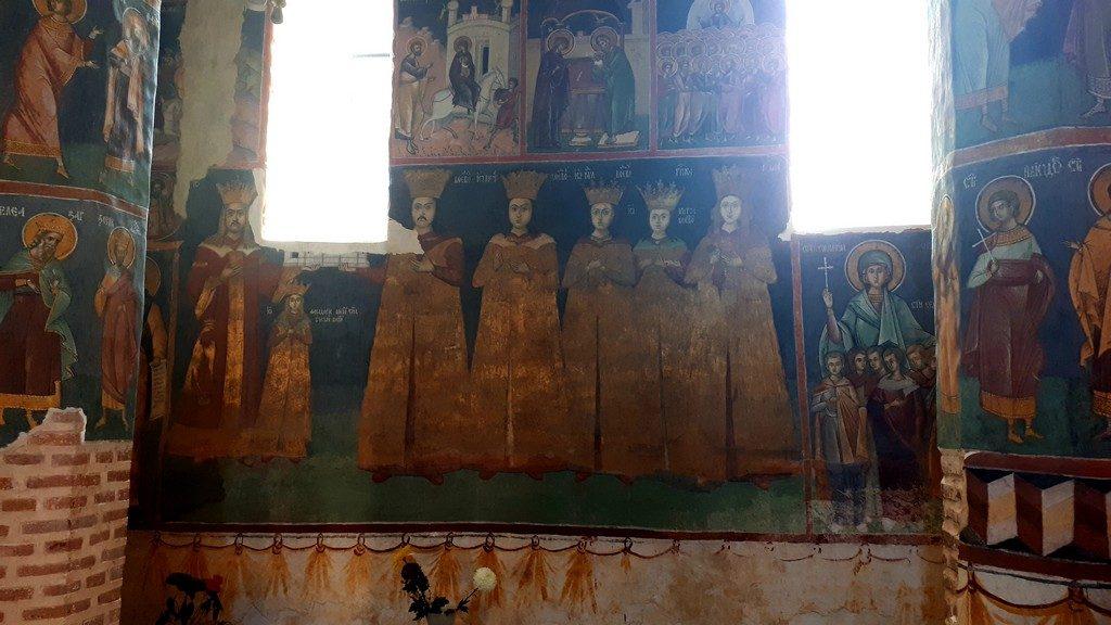 Daca timpul va permite puteti intra la dus, inainte sa ajungeti la Balteni si pe la Manastirea Tiganesti iar la intoarcere spre Bucuresti pe la Manastirea Cernica. Arhitectura BISERICII TIGANESTI este mai recenta, avand forma actuala de la sfarsitul anilor 1700, inceputul anilor 1800, data de Banul Golescu, dar a fost ridicata pe locul unei unui schit ridicat de boierul Tiganescu de unde-si trage numele si de verisoara acestuia pe care am vazut-o pictata in tabloul votiv. Mi-au atras atentia la aceasta biserica mozaicurile, pictura veche din pridvor si ancadramentul usii de intrare in biserica sculptat in piatra, dar venisem de aceasta data aici pentru piatra funerara sculptata de Karl Storck si pentru bisericuta veche din spate.