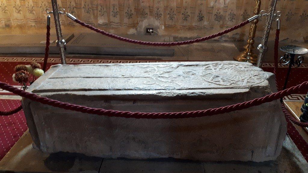 S-a gasit aici si o inscriptie cu anul mortii lui Basarab I, la anul 1352 sau in slavona LEAT 6860, cum se numarau pe atunci anii conform bibliei, incepand de la crearea lumii. Aici se crede ca este inmormantat si ctitorul Basarab I, desi piatra lui funerara nu a fost gasita, biserica pastrand doar mormantul domnitorului Vladislav Basarab (Vlaicu Voda), a lui Radu Basarab, precum si mormantul unor mai vechi boieri din familia Bratienilor. Piatra mortuara a lui Vlaicu Voda este decorata interesant, cu un copac al vietii si un simbol solar, preluat mai apoi in arta populara.