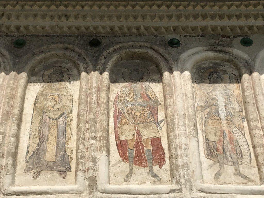 Biserica targului din Targoviste, obiective turistice Dambovita, statuia lui Mihai Viteazulm chirilice, Romania
