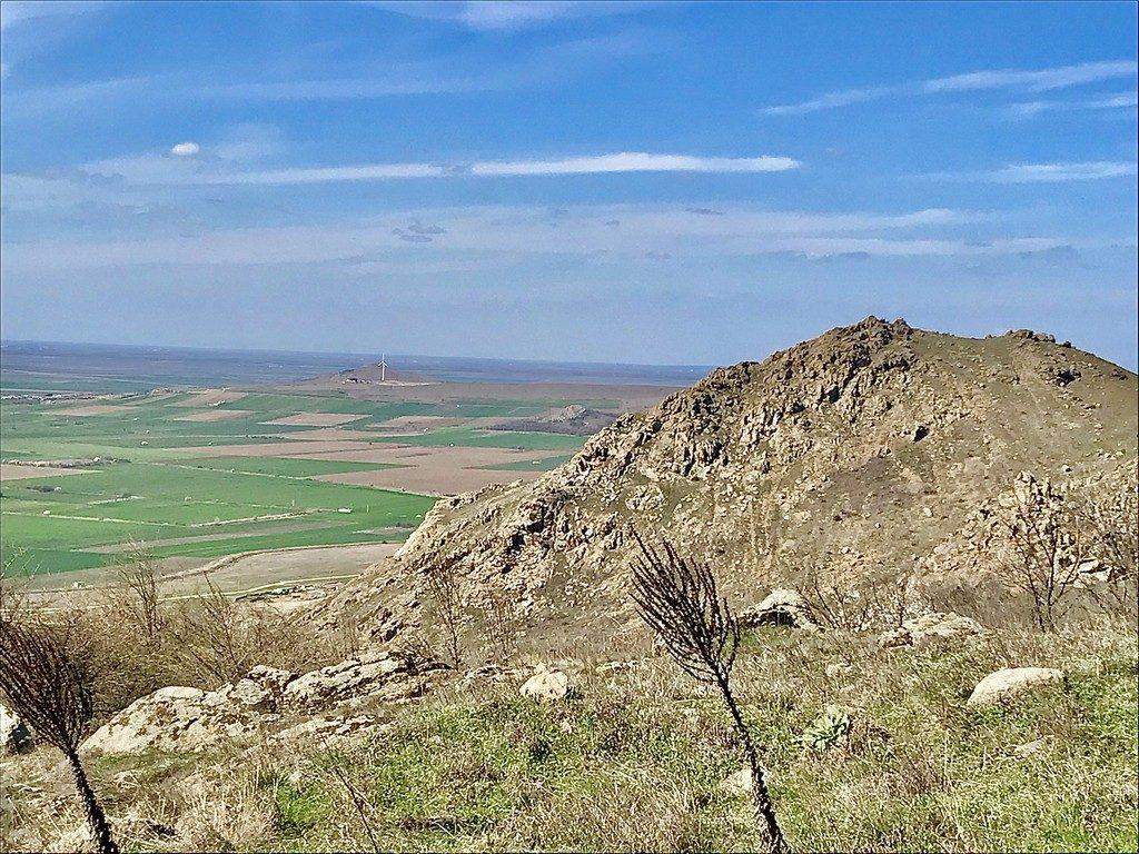 Avand in vedere ca sunt situati aproape de lunca Dunarii, acesti munti inconjurati de zone plate, au un aspect de insula. Dupa cum se stie Muntii Macinului nu sunt inalti, avand dimensiunea unor dealuri, dar, sunt foarte spectaculosi, salbatici si arizi, asemanandu-se din aceste puncte de vedere cu insulele grecesti.