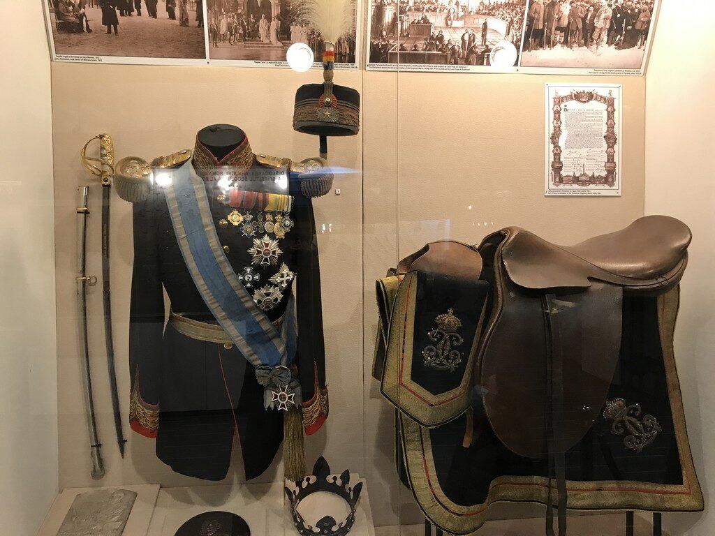 uniforma general si sa apartinand lui Carol I, obiective turistice Bucuresti, Romania, Muzeul Militar Regele Ferdinand