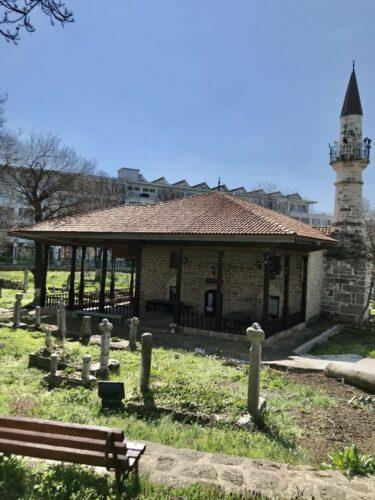 Moscheea Esmahan Sultan, piatra funerara cu turban